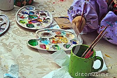 Kinderen die aardewerk 10 schilderen