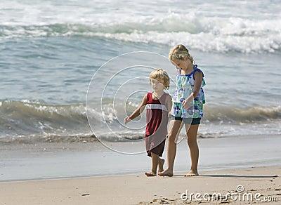Kinderen die hand in hand lopen