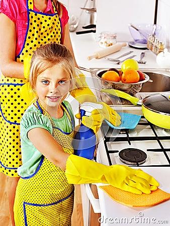 Kinderen die keuken schoonmaken royalty vrije stock foto for Keuken schoonmaken