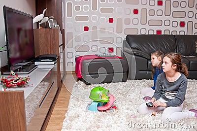 Kinderen die op TV letten
