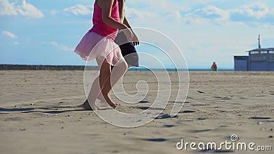 Kinderfüße auf dem Sand stock video