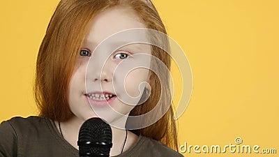 Kindersingen mit Mikrofon und Tanz in der Nähe. Langbewegung stock video