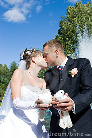 Kiss with pigeons in the hands