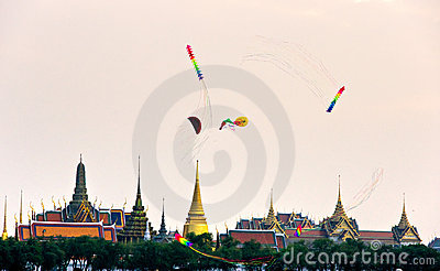 Kites over Bangkok at dusk, Bangkok, Thailandia.