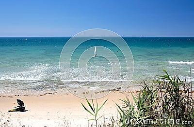 Kitesurfers na praia de Marbella em Spain do sul