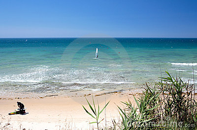 Kitesurfers op Marbella strand in zuidelijk Spanje