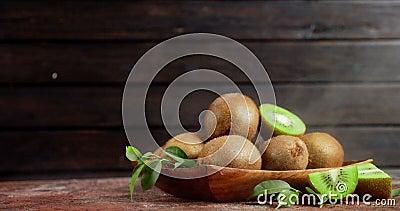 Kiwi σε πιάτο με δροσερό ατμό απόθεμα βίντεο