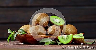 kiwi aromatici maturi con foglie su piastra per ruotare lentamente archivi video