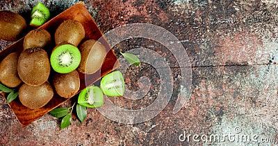 kiwi freschi con foglie su una piastra di legno video d archivio
