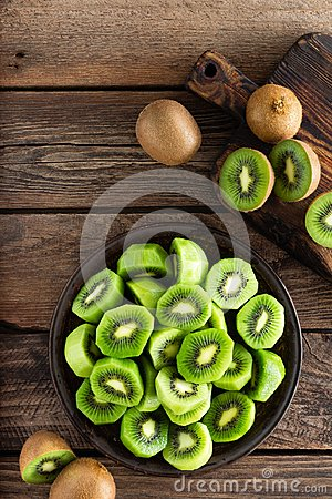 Free Kiwi Fruit On Wooden Rustic Table, Ingredient For Detox Smoothie Royalty Free Stock Images - 110175459