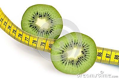 Kiwi rebanado y cinta de medición