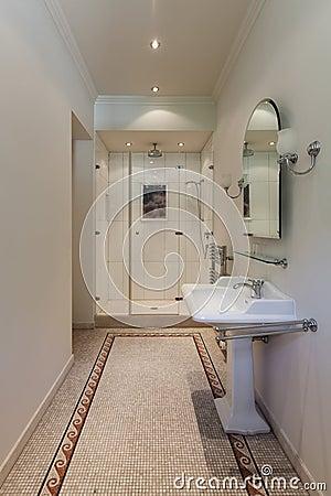 Klassieke badkamers met douche stock foto afbeelding 62587406 - Badkamers bassin italiaanse design ...