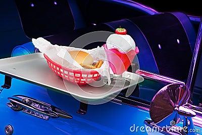 Klasyczny samochód w kinie drive-in