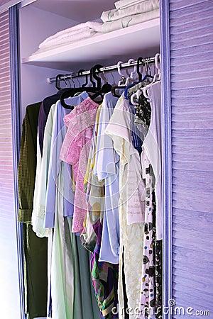 Kleidung im Wandschrank