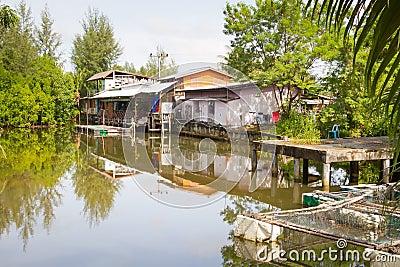 Klein dorpshuis bij het water