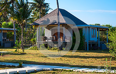 Klein eigentijds huis in tropisch klimaat stock afbeeldingen beeld 27376694 - Gevel eigentijds huis ...