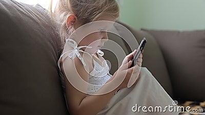 Klein meisje die een tabletzitting op een bank gebruiken stock video video 57813793 - Klein meisje idee ...