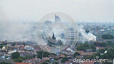 Klein vuur met rook in de stad Jakarta Indonesië stock video