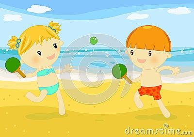 Kleine jonge geitjes die rackets op het strand spelen