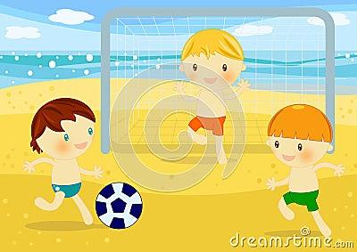 Kleine Jungen, die Fußball auf dem Strand spielen