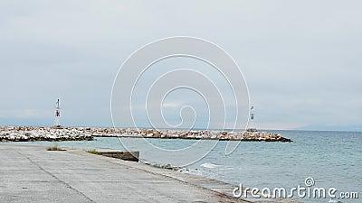 Kleine Leuchttürme an einer felsigen Meeresküste für die maritime Navigation stock video