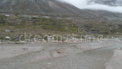 Kleine stoom, bergen in mist stock videobeelden