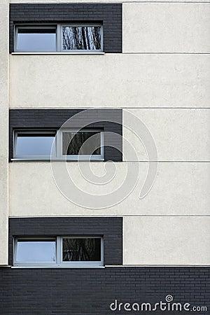 Kleine vensters in de multibuitenkant van het familiehuis