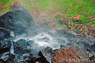 Kleine waterval op natte rotsen
