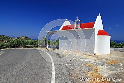 Kleine weiße Kirche auf der Straßenseite von Kreta