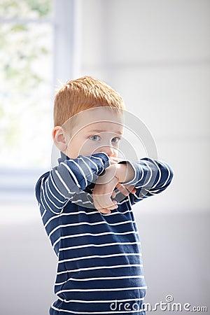 Kleiner Junge, der düster sich fühlt