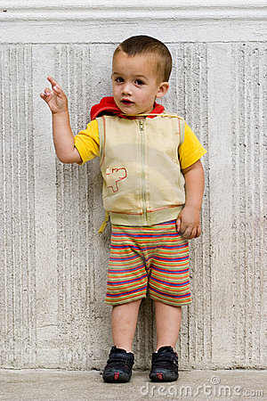Kleiner Junge, der Finger zeigt