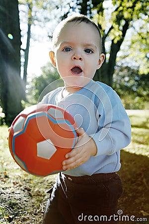 Kleiner Junge draußen
