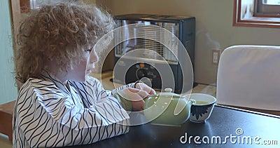 Kleiner kaukasischer Junge tragendes yukata gießt Tee in Japan stock video