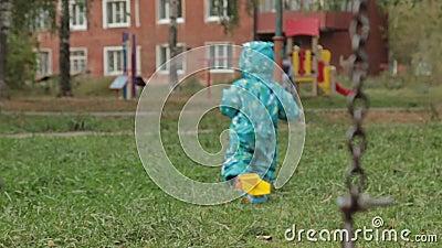 Kleines Baby, das weg in Spielplatz geht stock footage