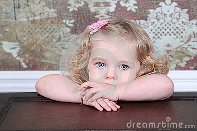 Kleines Mädchen auf Koffer
