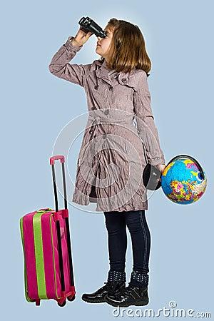 Kleines Mädchen bereitet vor sich zu reisen