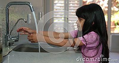Kleines Mädchen, das ihre Hände wäscht stock video footage