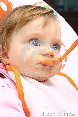 Kleines Mädchen, das Säuglingsnahrung isst