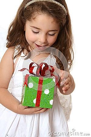 Kleines Mädchen mit einem Weihnachten oder anderem Geschenk