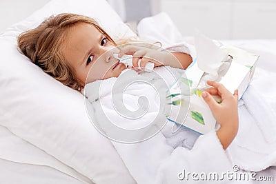 Kleines Mädchen mit falscher Kälte - unter Verwendung des nasalen Sprays