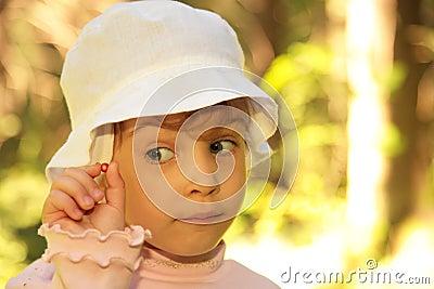 Kleines Mädchen mit wilder Beere