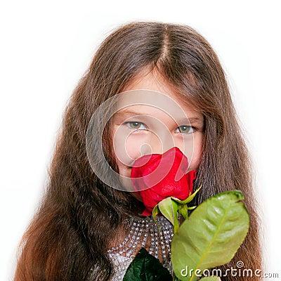 Kleines Mädchen, das eine <b>rote Rose</b> riecht - kleines-mdchen-das-eine-rote-rose-riecht-62700389