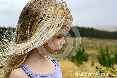 Kleines Mädchen in der Plantage