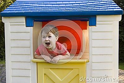 Kleines Mädchen im Spiel-Haus