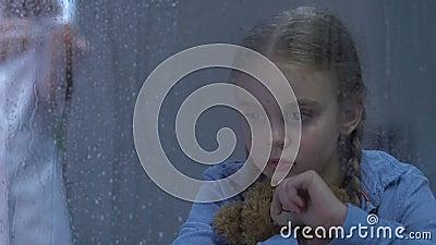 Kleines umgekipptes Mädchen, das Teddybären, Krankenschwester vorbereitet Einspritzung, Heilung schreit und umarmt stock video footage