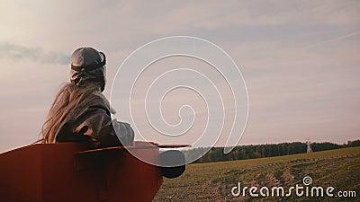 Kleines Versuchsmädchen, das in der Hand in flaches Kostüm des Spaßes mit Farbrauche auf erstaunlicher Herbstsonnenuntergang-Feld stock footage