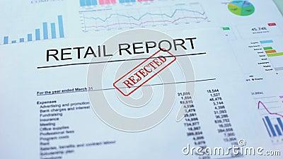Kleinhandels verworpen rapport, hand het stempelen verbinding over officieel document, statistieken stock video