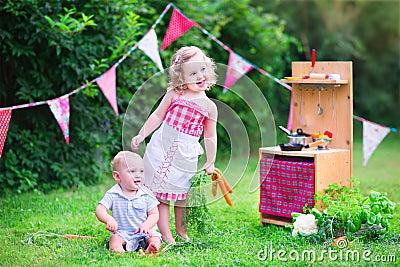 kleinkinder die mit spielzeugk che im garten spielen stockfoto bild 43309019. Black Bedroom Furniture Sets. Home Design Ideas