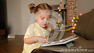 Kleinkinder mit Tablette zu Hause stock footage