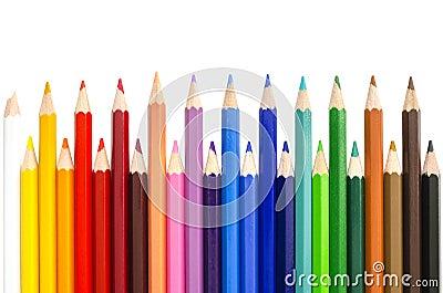 Kleurenpotloden over witte achtergrond